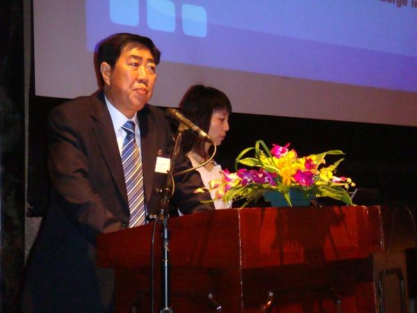 青岛保税区管委会王怀岳主任(右一),上海外高桥保税区管委会仲伟林